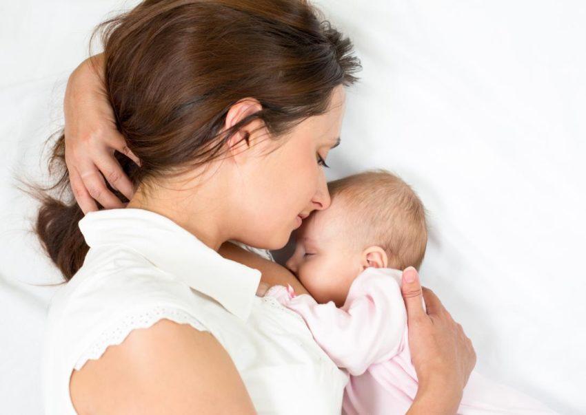 Від чого прибуває молоко у грудях
