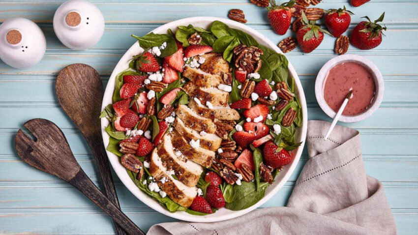 Найсмачніший літній салат з куркою та ягодами